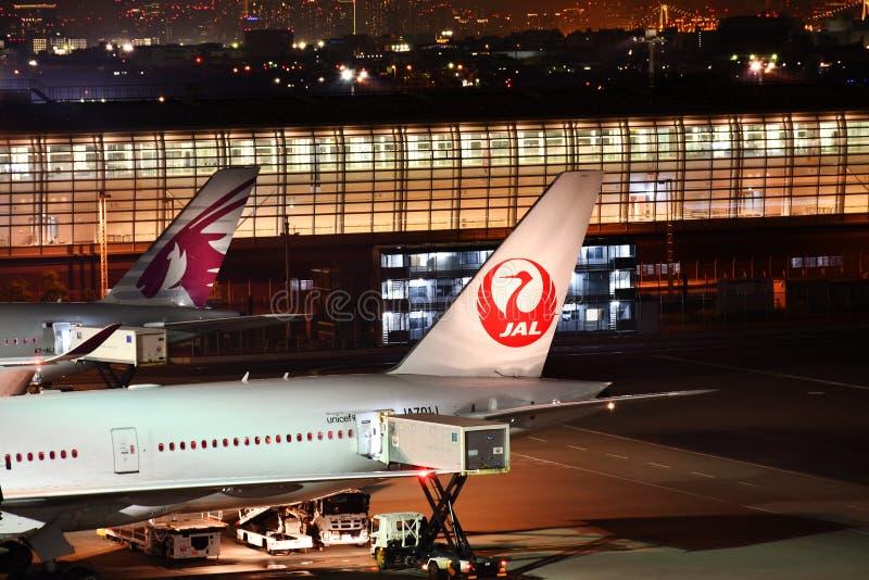 Preparación del vuelo de JAL Japan Airlines Jet Undergoing en Haneda A imágenes de archivo libres de regalías