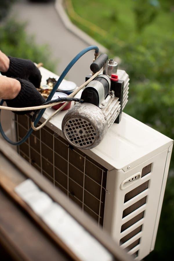 Preparación instalar el nuevo acondicionador de aire imagenes de archivo