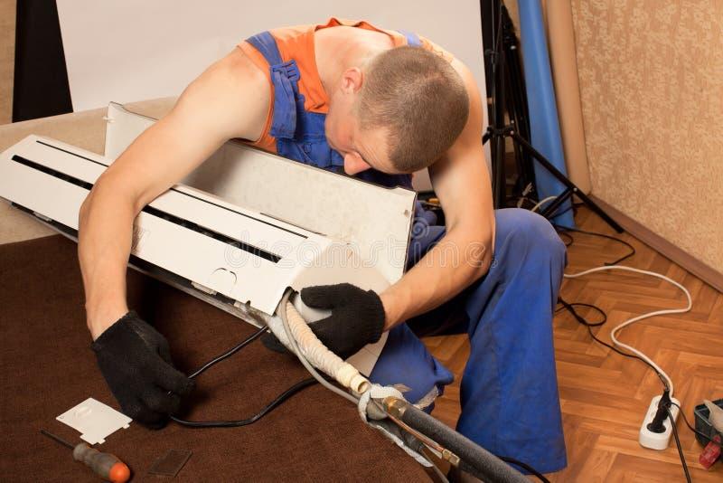 Preparación instalar el nuevo acondicionador de aire fotos de archivo