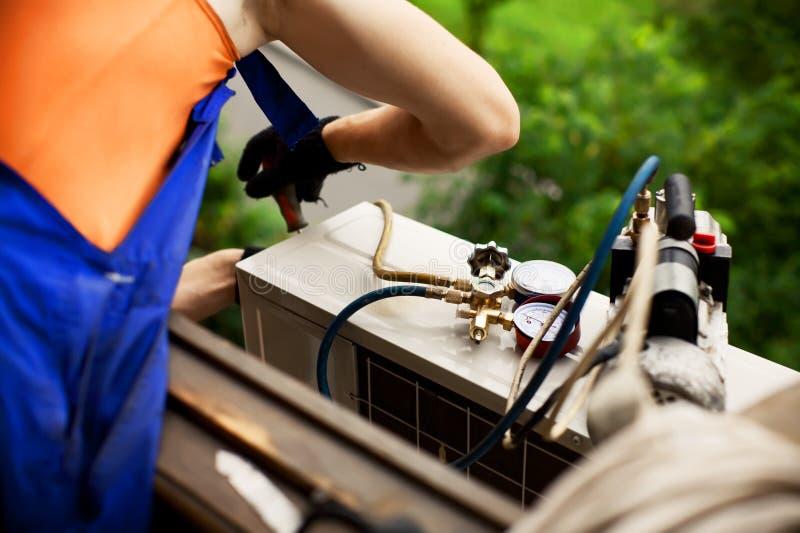 Preparación instalar el nuevo acondicionador de aire foto de archivo