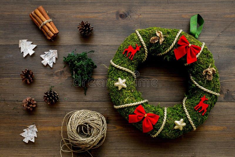 Preparación a la Navidad Guirnalda verde tradicional de la Navidad cerca de elementos decorativos en la opinión de top de madera  imágenes de archivo libres de regalías