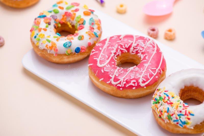 Preparación para el día de fiesta Anillos de espuma americanos coloridos en vagos rosados fotografía de archivo libre de regalías