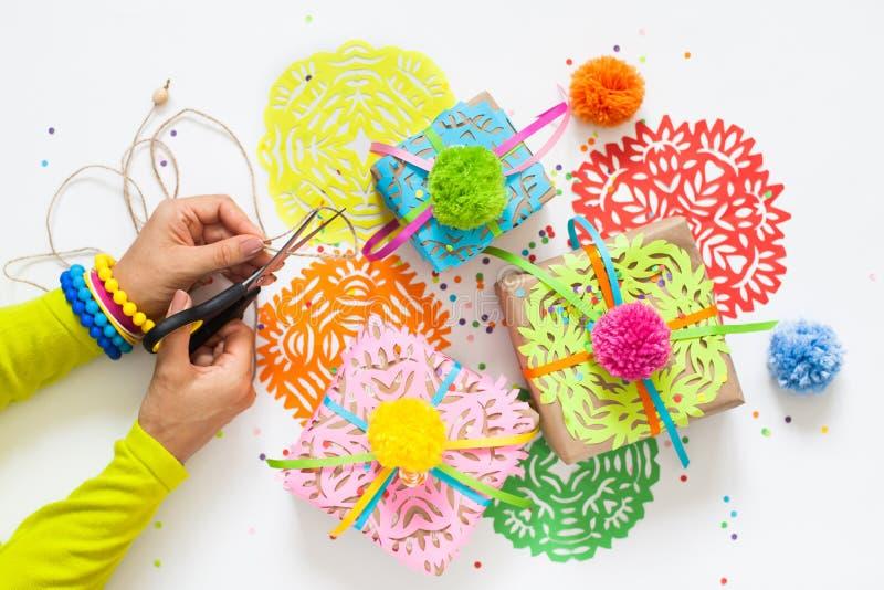 Preparación para el día de fiesta Regalos envueltos en papel colorido fotos de archivo libres de regalías