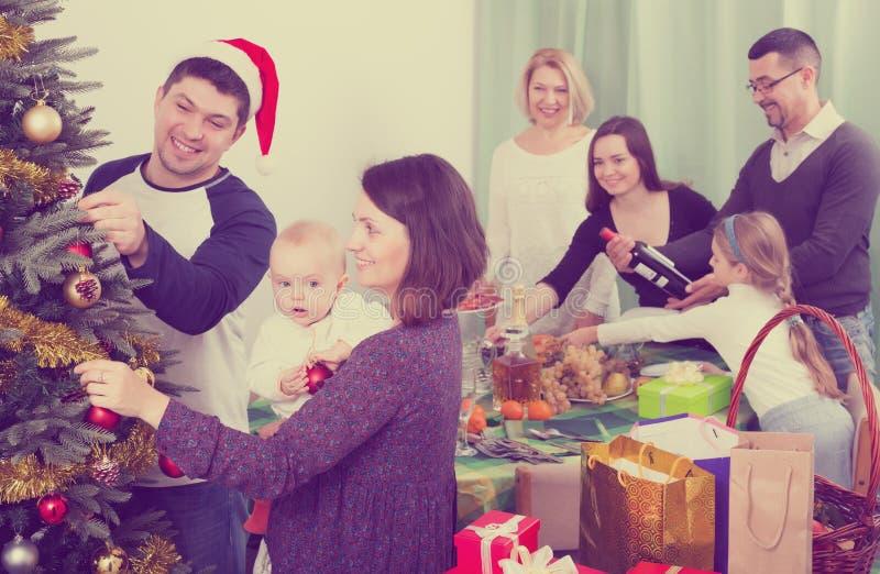 Preparación para la celebración de la Navidad imagenes de archivo