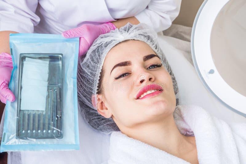 Preparación para la limpieza profesional de la cara Procedimiento de Cosmetological Herramientas estéril en el empaquetado foto de archivo
