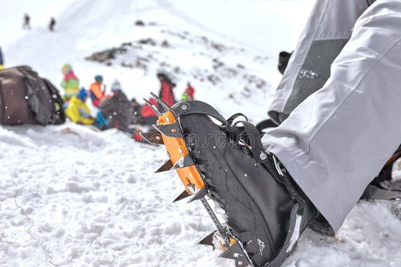 Preparación para un paseo en el glaciar Bota del senderismo y gatos que suben foto de archivo libre de regalías