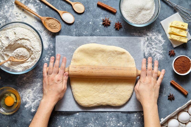 Preparación tradicional de la receta del pan, de la pizza o de la empanada de la pasta El cocinero de sexo femenino del cocinero  imagenes de archivo