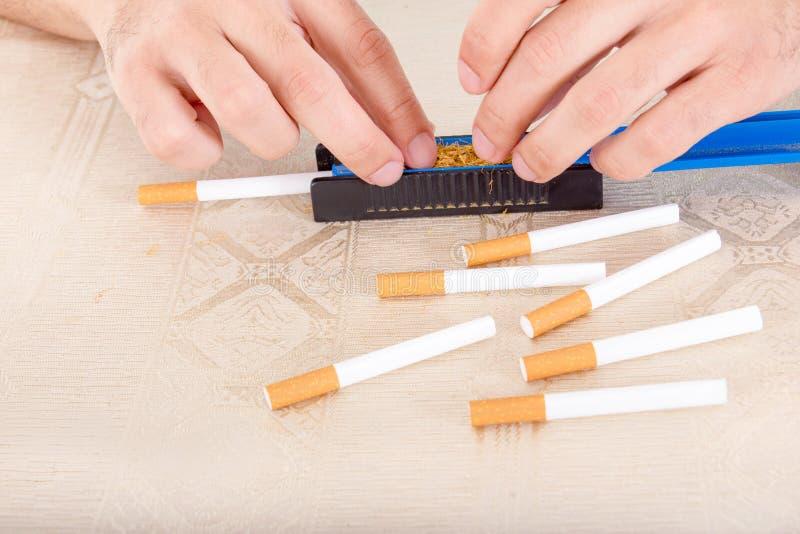 Preparación viva del cigarro hecho a mano imagenes de archivo