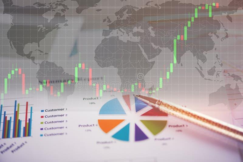 Preparación y gráficos comunes en mapa del mundo - informe resumido de la carta del informe de negocios en gráfico de sectores de foto de archivo libre de regalías