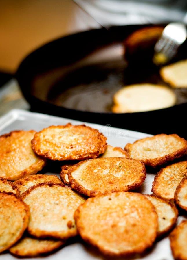 Preparación y porción de las crepes de patata imagenes de archivo
