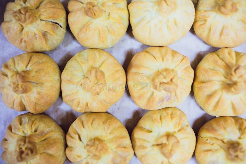 Preparaci?n de belyashes Belyashi ruso tradicional de las empanadas de carne belyashes en una tabla Ruso, bashkir y t?rtaro fotos de archivo libres de regalías