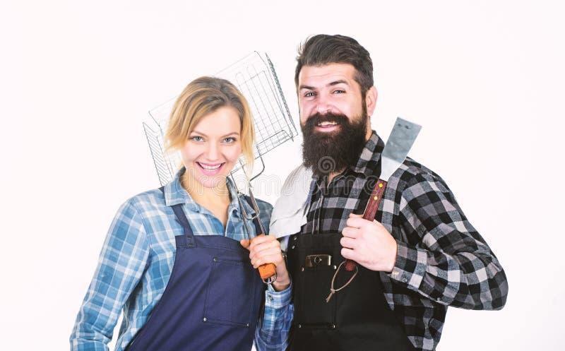 Preparaci?n de la comida Inconformista y muchacha barbudos del hombre Preparaci?n y culinario Pares en utensilios de la cocina de imagen de archivo