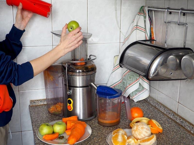 Preparaci?n del jugo de las frutas y verduras frescas fotos de archivo