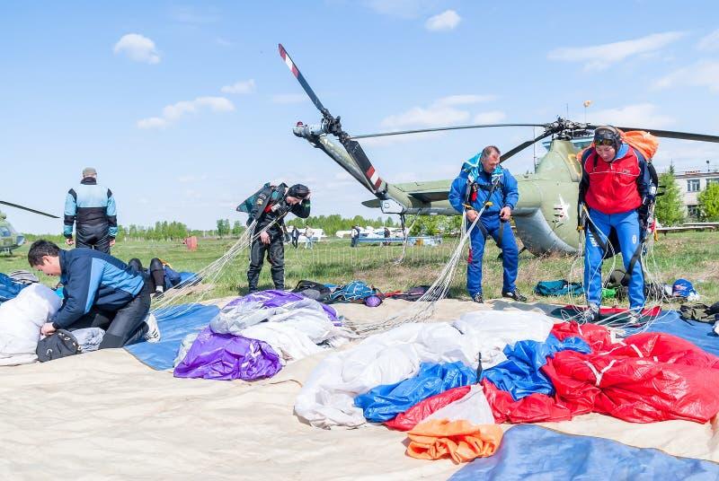 Preparaciones de los paracaidistas para un nuevo salto fotografía de archivo