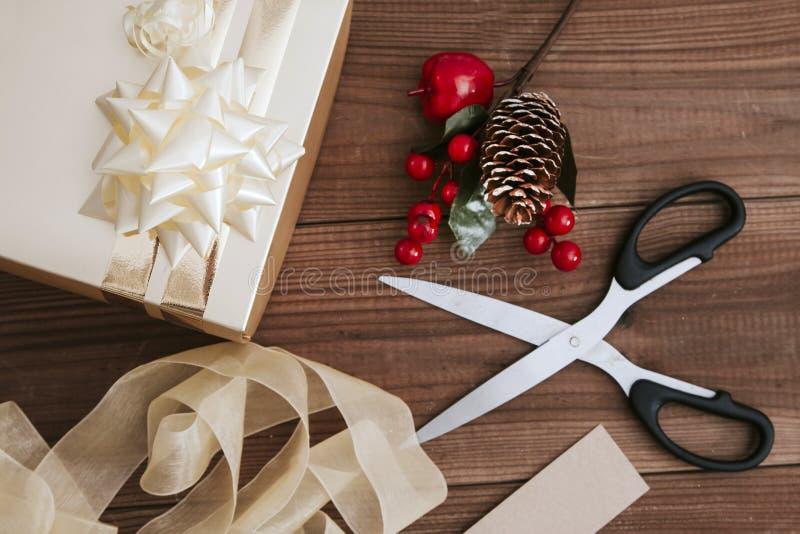 Preparaciones de los regalos de la Navidad foto de archivo