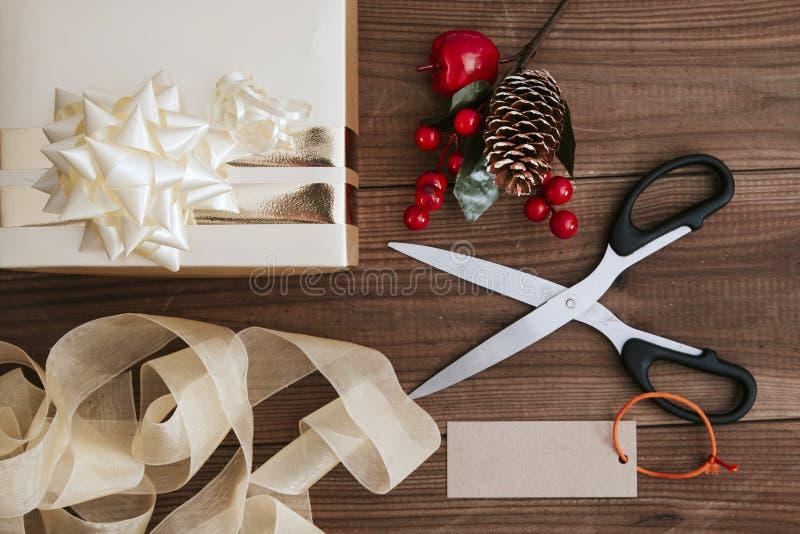 Preparaciones de los regalos de la Navidad fotos de archivo