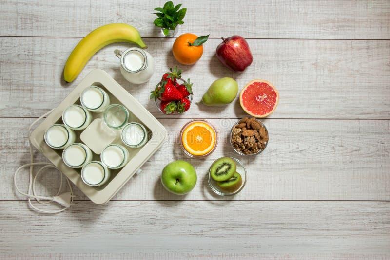 Preparaciones para hacer el yogur y los ingredientes foto de archivo libre de regalías