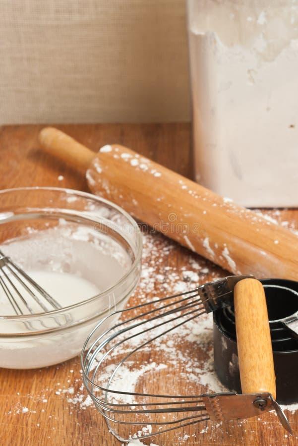 Preparaciones para hacer la pasta fresca para las mercancías de hornada imagen de archivo libre de regalías