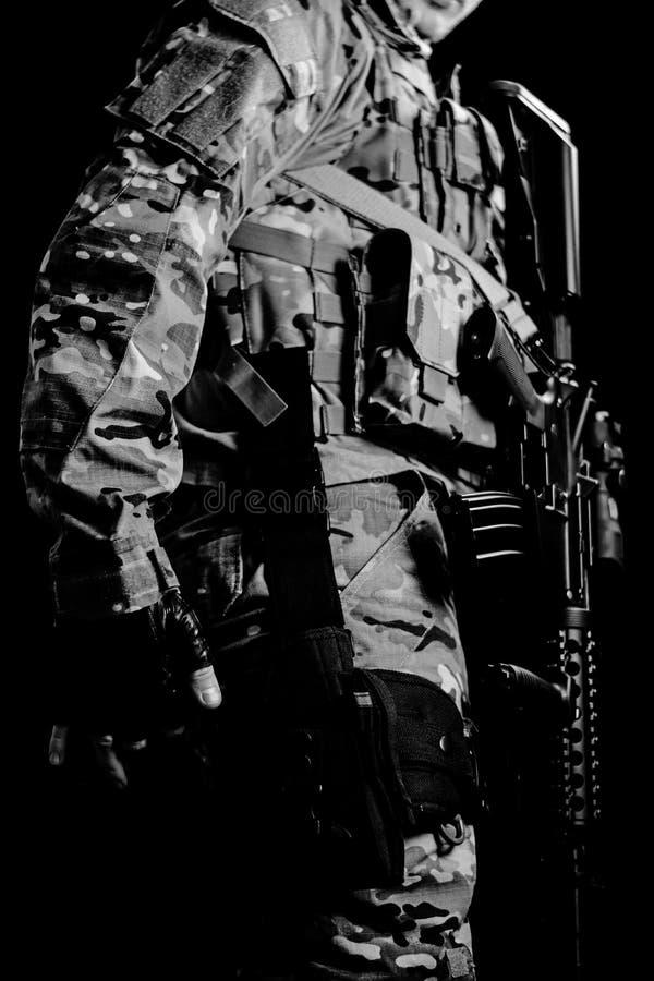 Preparado com bw das armas foto de stock