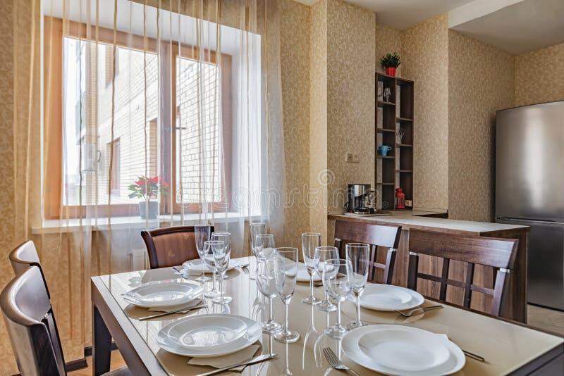 Preparado para la cena en mesa de comedor en casa foto de archivo