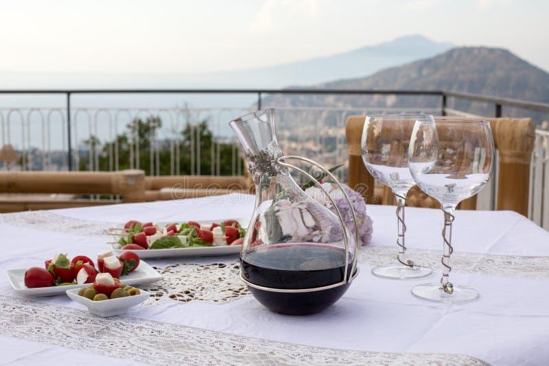 Preparado para la tabla de la cena en la terraza que pasa por alto la bahía de Nápoles y de Vesuvio Sorrento imagen de archivo