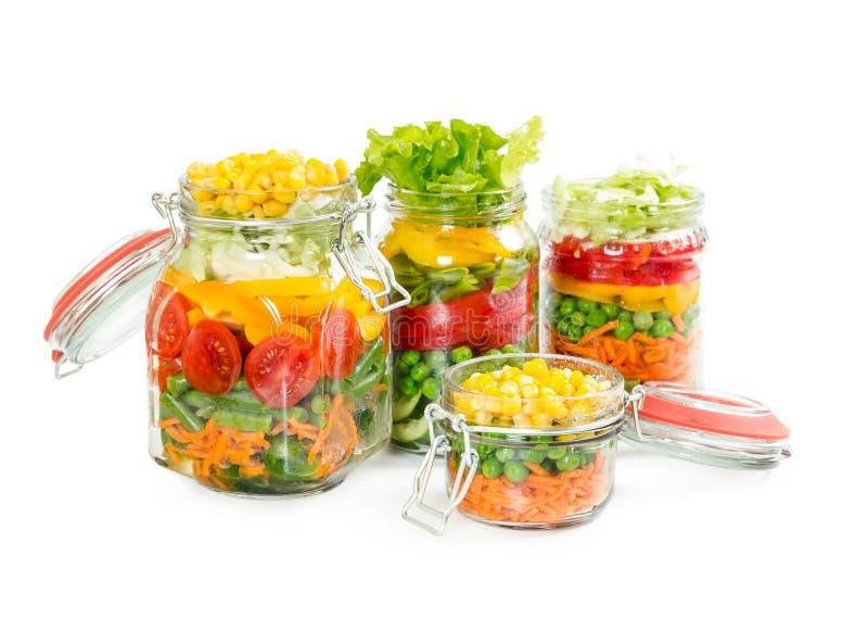 Preparado para vegetais coloridos de colocação em latas nos frascos de vidro imagens de stock