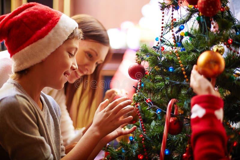 Preparando a árvore de Natal foto de stock royalty free
