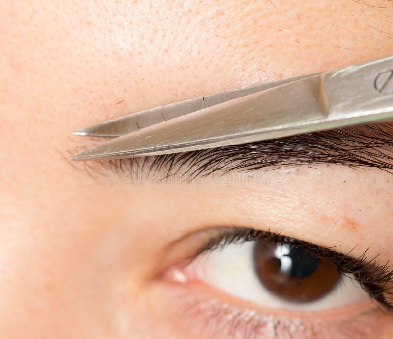 Preparando as sobrancelhas em um salão de beleza imagens de stock