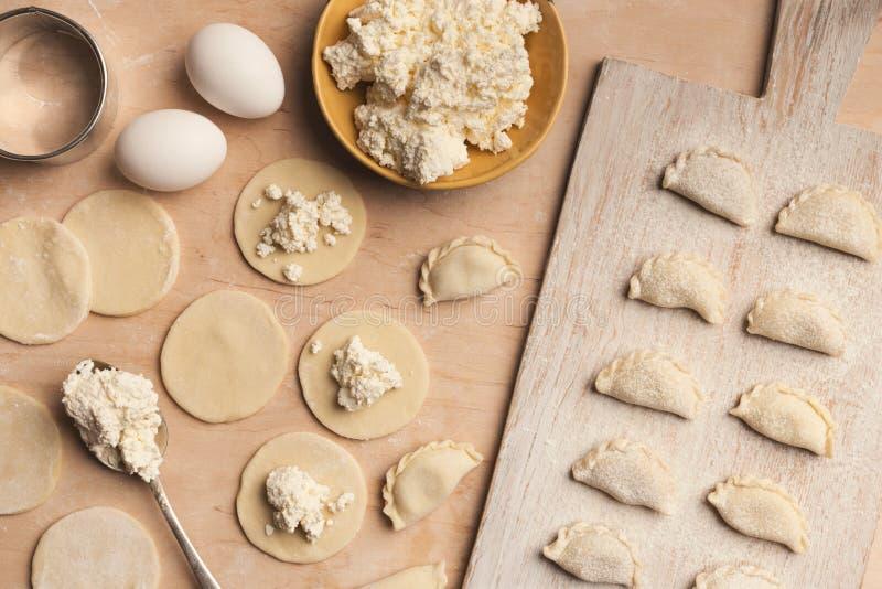Preparando bolinhas de massa com o requeijão, cozinhando o alimento do russo imagens de stock