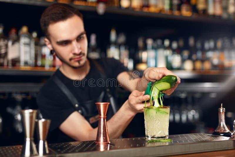 Preparando cocktail Barra de Making Cocktail In do barman imagens de stock