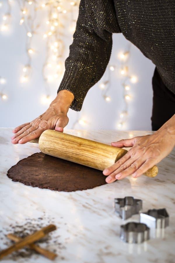Preparando cookies do Natal em casa imagem de stock