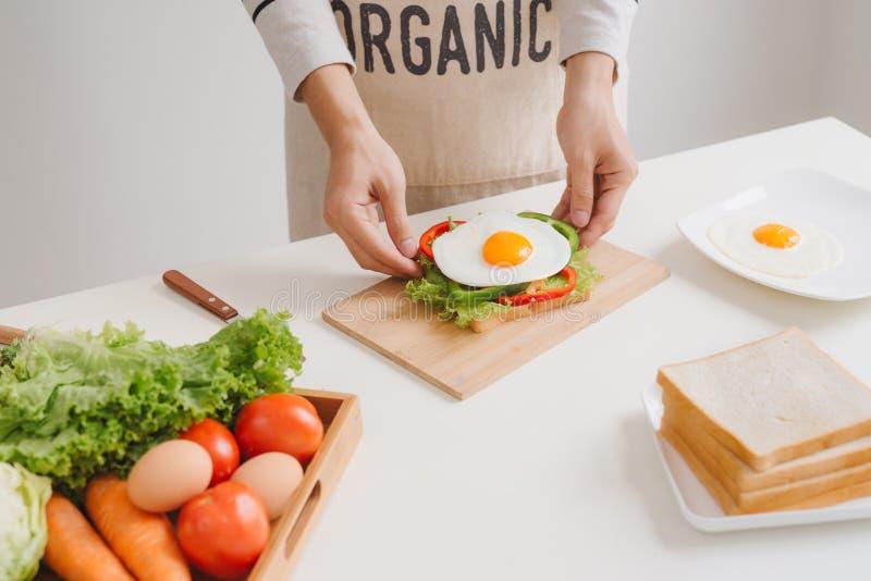 Preparando e comendo o café da manhã em casa na manhã fotografia de stock