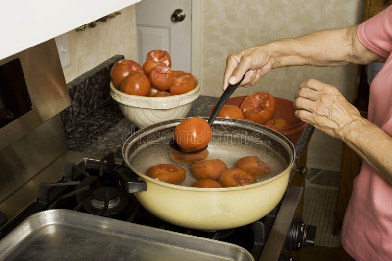 Preparando i pomodori per inscatolare. fotografia stock libera da diritti