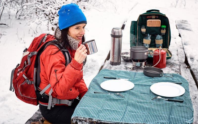 Preparando la comida en el invierno camine en la tabla en el campsi fotografía de archivo