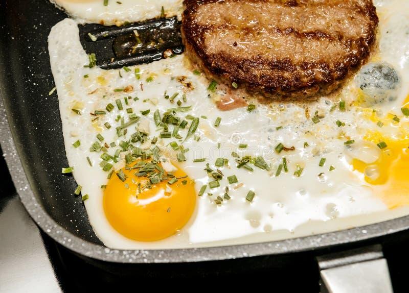 Preparando la hamburguesa deliciosa con el huevo en casa fotos de archivo libres de regalías
