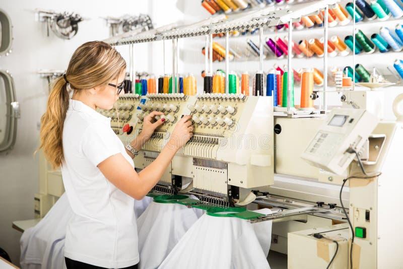 Preparando la macchina del ricamo per il lavoro fotografie stock