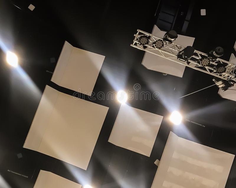 Preparando la riunione annuale, le luci calde sono state girate sopra nel corridoio enorme fotografia stock