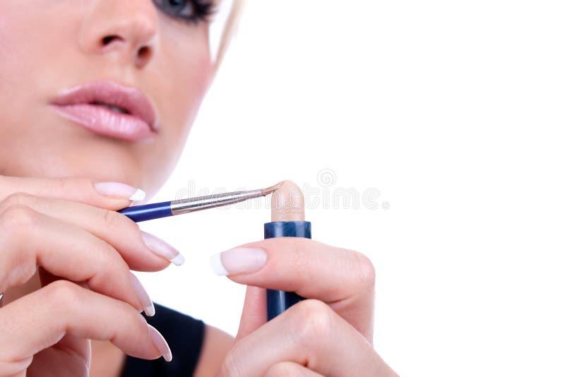 Preparando a las pinturas la cara con maquillaje foto de archivo libre de regalías