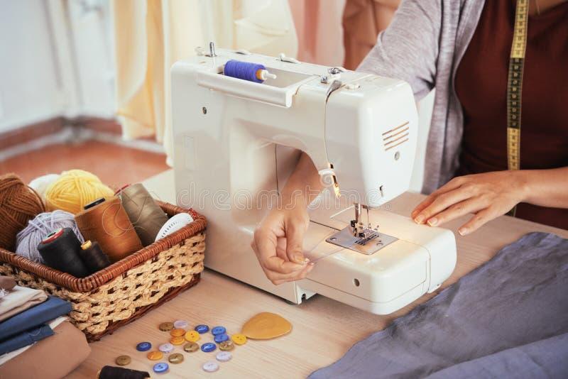 Preparando a máquina de costura imagens de stock