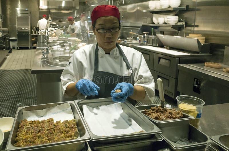 Preparando o alimento asiático fotografia de stock