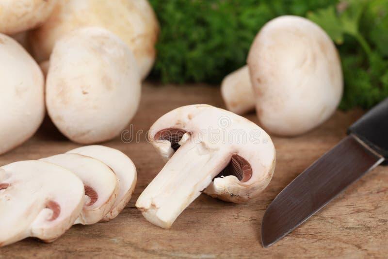 Preparando o alimento: Cogumelos cortados imagens de stock royalty free