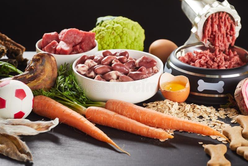 Preparando o alimento cru do barf para um cão de estimação ou um gato foto de stock