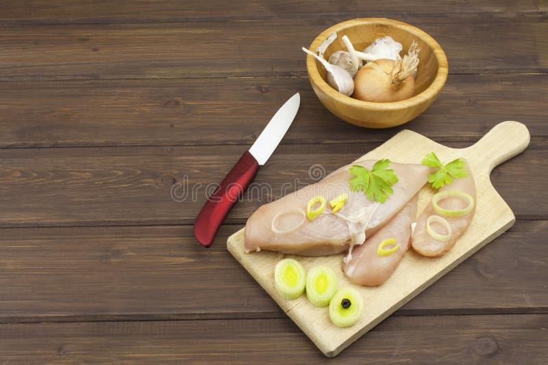 Preparando o alimento da dieta A faixa e os vegetais crus frescos da galinha prepararam-se cozinhando Peitos de galinha crus fres fotos de stock