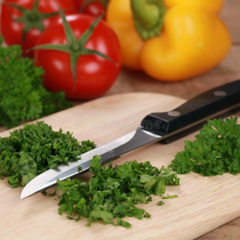 Preparando o alimento: Desbastando a salsa foto de stock