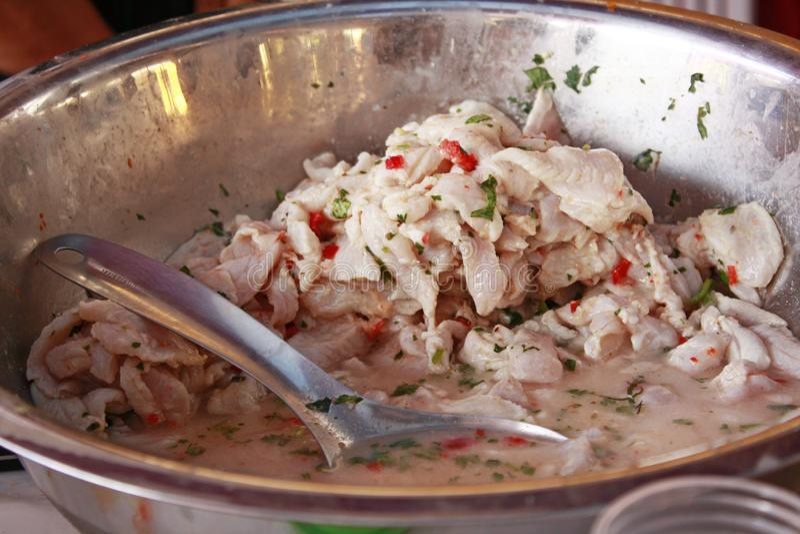Preparando o ceviche, prato peruano tradicional do marisco imagem de stock royalty free