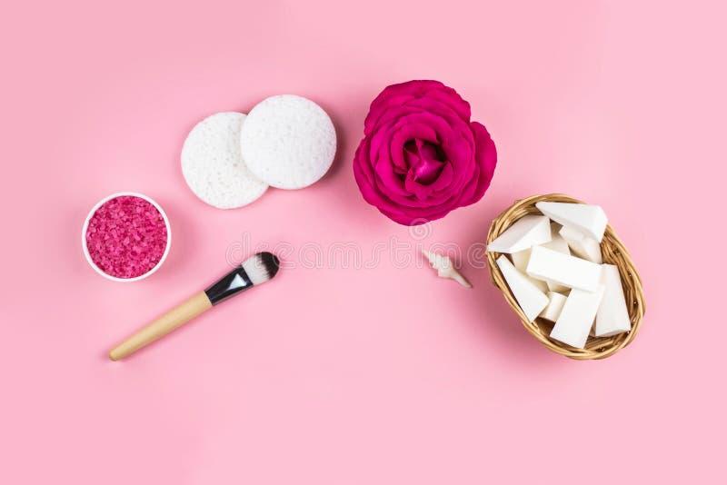 Preparando o cosmético dos termas da casa no backgroud cor-de-rosa fotografia de stock royalty free