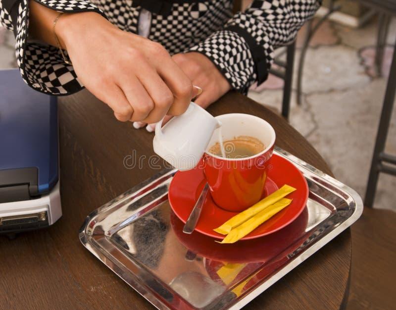 Preparando o latte do café imagem de stock