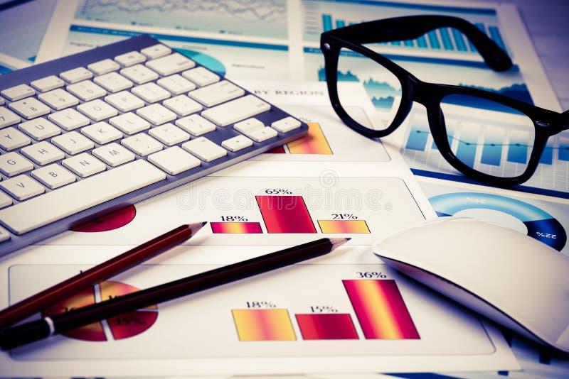 Preparando o relatório de vendas médio fotos de stock royalty free
