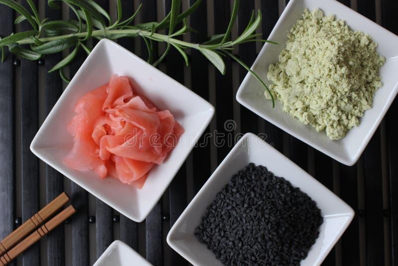 preparando o sushi, preparando o alimento japonês, fazendo o sushi, fazendo o alimento japonês, imagem de stock
