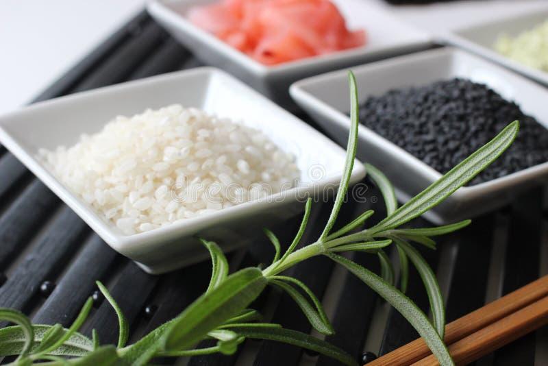 Preparando o sushi, preparando o alimento japonês, fazendo o sushi, fazendo o alimento japonês, fotos de stock
